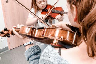 FabLab Pobite Gary, warsztaty muzyczne, gra na skrzypcach