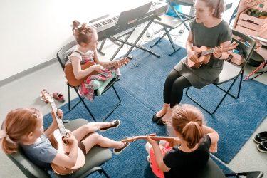FabLab Pobite Gary, dzieci grające na ukulele