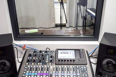 studio nagraniowe konsola i pokój nagrań